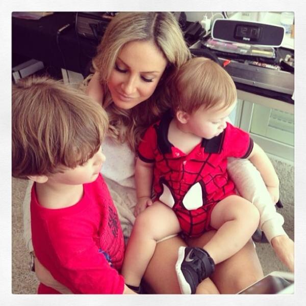 Claudia Leitte registra chamego com os filhos: