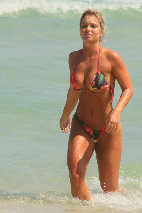 Em dia de sol, Carol Guarnieri exibe o corpão em praia carioca