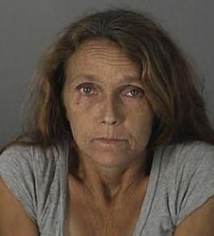 Mulher usa arma de choque na filha em briga sobre a limpeza da casa