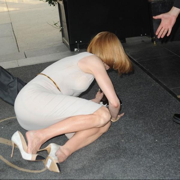Nicole Kidman é derrubada no chão por paparazzo de bicicleta