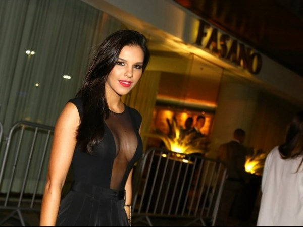 Uau! Mariana Rios usa look transparente para jantar