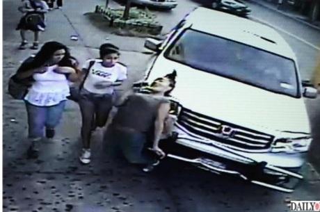 Câmera de segurança flagra carro desgovernado atingindo estudante em calçada
