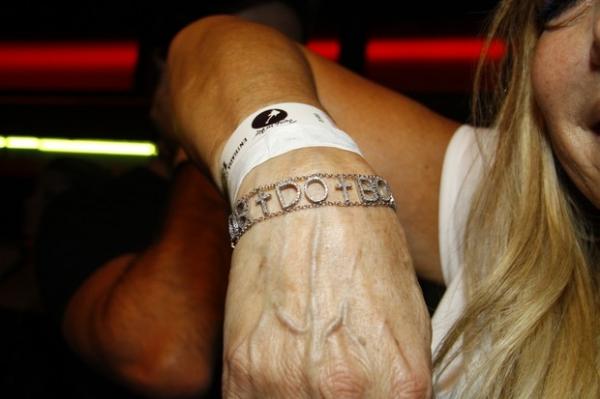 Susana Vieira ganha pulseira de brilhantes durante Rock in Rio