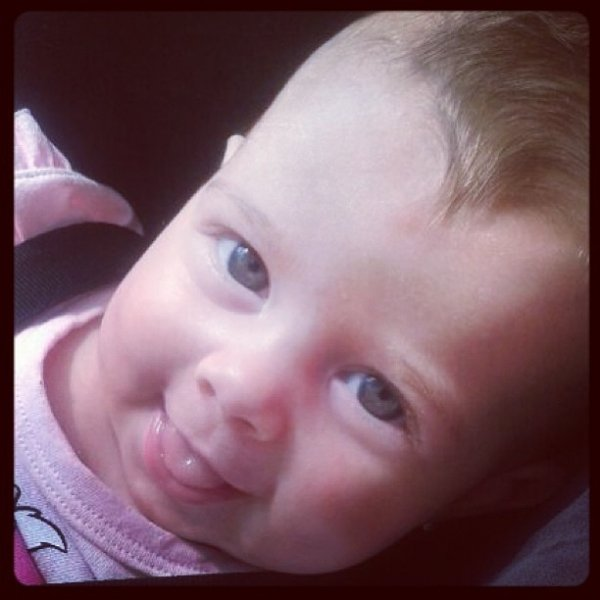 Debby Lagranha posta foto da filha em rede social:
