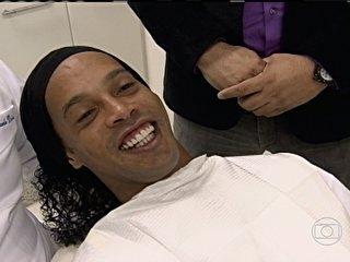 Ronaldinho Gaúcho renova sorriso com tratamento dentário