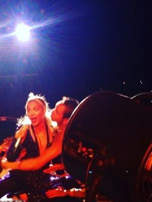 Em passagem pelo Brasil,  Beyoncé é derrubada por fã para fora do palco durante show em São Paulo