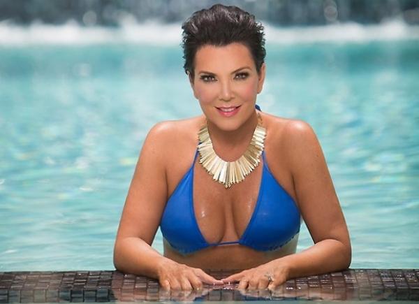 Mãe de Kim Kardashian faz campanha de biquíni aos 57 anos