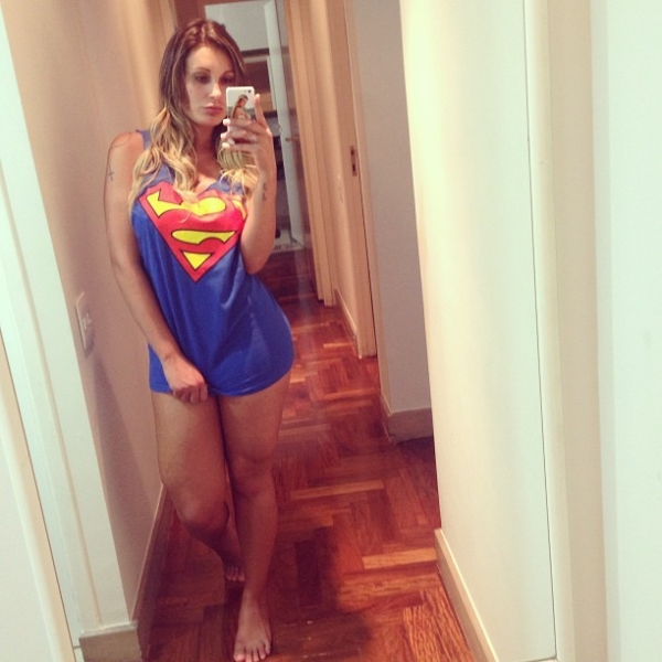 Andressa Urach sensualiza com camisa do Superman: