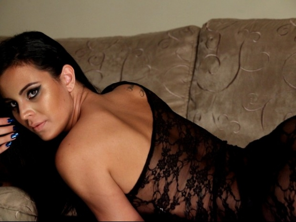 Lorena Bueri posa em estilo