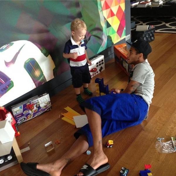 Neymar recebe a visita do filho em Barcelona: