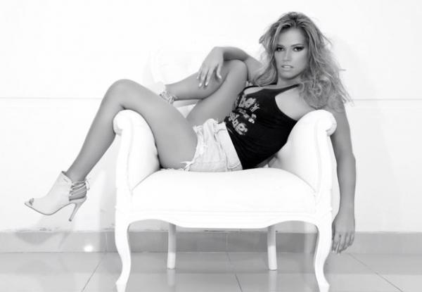 Ex-BBB Fani Pacheco posa nua em sexy ensaio em preto e branco