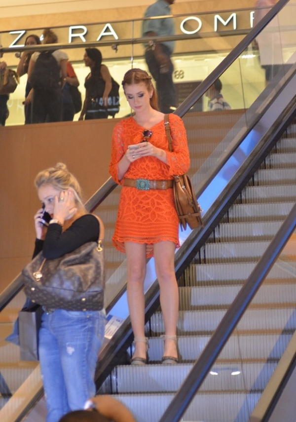 Marina Ruy Barbosa investe em look laranja para bater perna em shopping