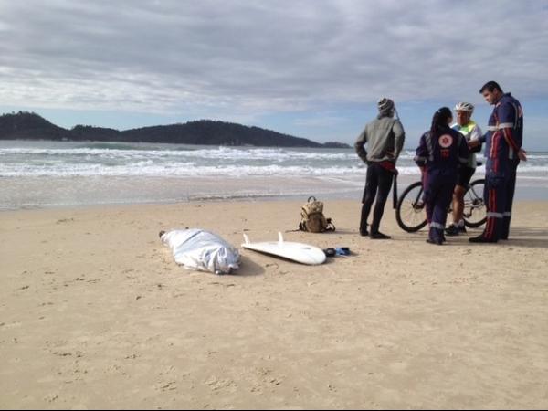 Surfista bate cabeça e morre afogado na praia