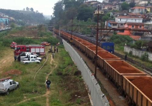 Trens de carga e de passageiro batem após descarrilamento, afirma CPTM