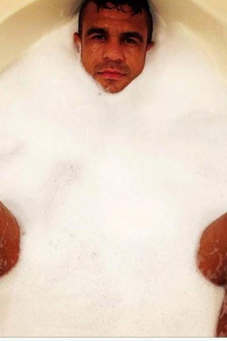 Vitor Belfort relaxa em banheira e fãs enlouquecem: ?Sai espuma?