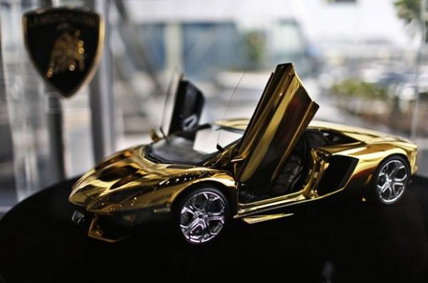 Dubai exibe Lamborghini  de US$ 2,9 milhões com  500kg de ouro e diamante