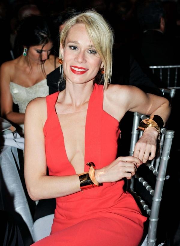 Mariana Ximenes vai de decote  ousado à baile em Nova York