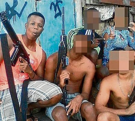 Polícia investiga fotos de traficantes do Rio com armas pesadas na web