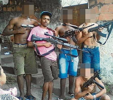 Traficantes postam na web foto com submetralhadora e 15 fuzis