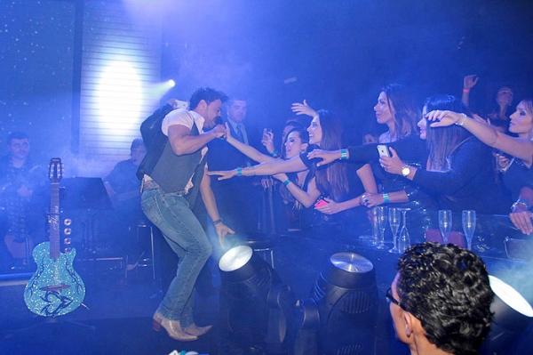 Zezé Di Camargo se empolga com fãs e leva tombo no palco