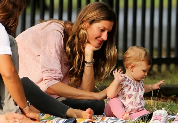 Gisele Bündchen se diverte com os filhos em parque de Boston