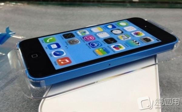 iPhone 5C de plástico aparece em fotos e vídeo rodando o iOS 7