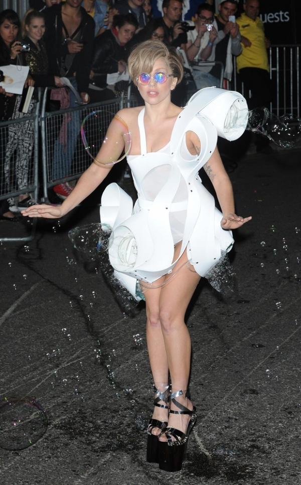 Sempre ela! Lady Gaga curte boate depois  de show com maiô cavado e transparente