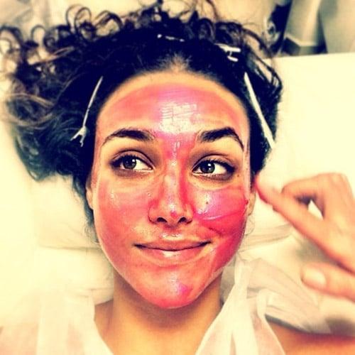 Atriz Débora Nascimento posa com uma máscara esquisita: