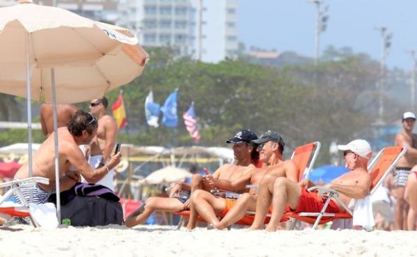 Bruce Springsteen curte praia no Rio e mostra boa forma aos 63 anos