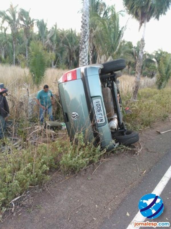 Carro em alta velocidade tomba após condutor perder o controle em curva no Piauí