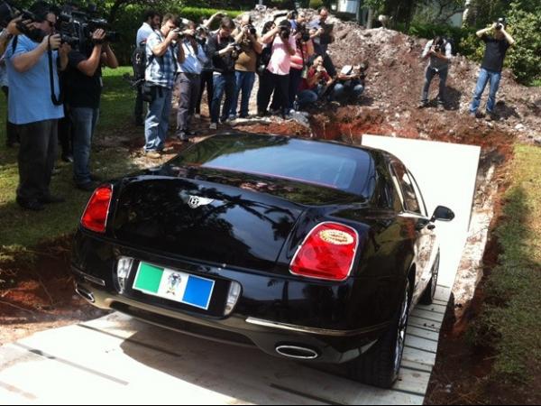 Chiquinho Scarpa coloca Bentley na cova para lembrar doação de órgãos