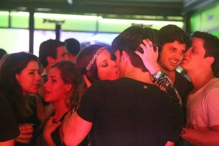 Cantor Di Ferrero flerta com morena e some no Rock in Rio