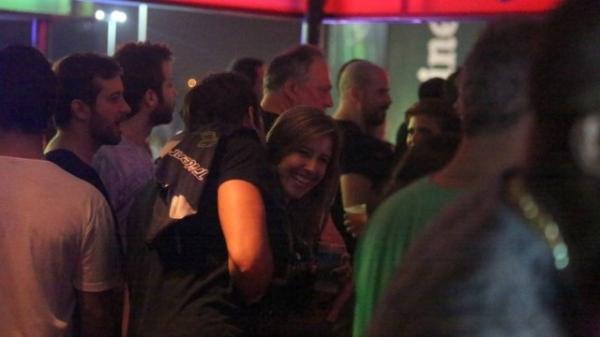 Cristiane Dias flerta e troca telefone com rapaz no Rock in Rio