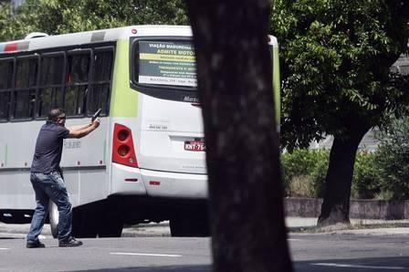Delegado e inspetor rendem ladrão de ônibus no Centro do Rio