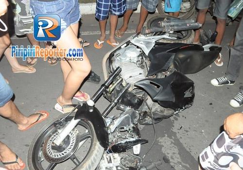 Motociclista sofre acidente ao colidir com um poste