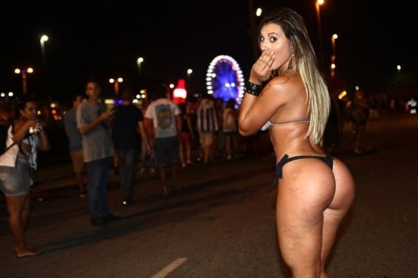Em dia de calor recorde, Andressa Urach fica de biquíni no Rock in Rio