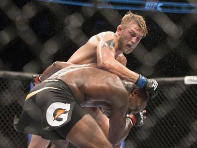 Jones sofre e é derrubado pela 1ª vez, mas mantém cinturão contra sueco
