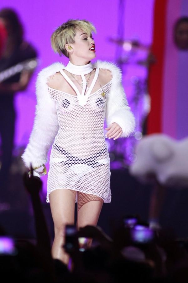 Miley Cyrus aparece seminua em festival nos Estados Unidos