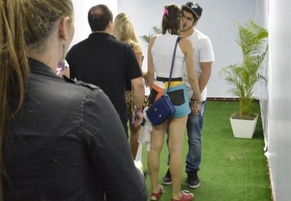 Rolou! Caio Castro e Maria Casadevall se beijam no Rock in Rio