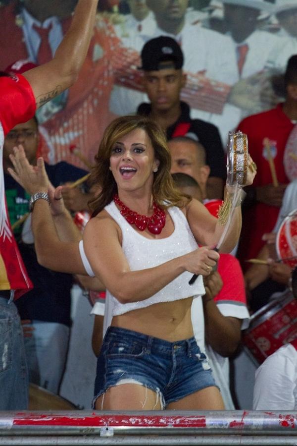 Viviane Araújo mostra as pernas e a barriguinha no ensaio do Salgueiro