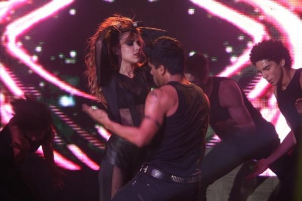 Wanessa sensualiza com dançarinos durante show em boate GLS