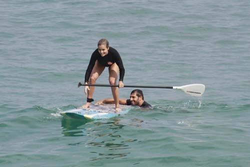 Aos beijos! Aryane Steinkopf e Beto Malfacini praticam stand-up paddle