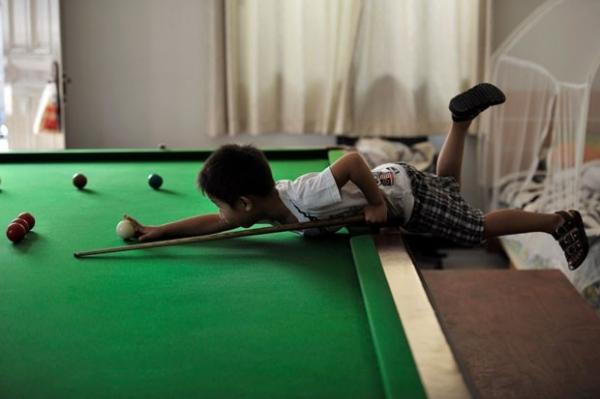 Chinês de 3 anos se destaca na sinuca e encara ex-campeão mundial
