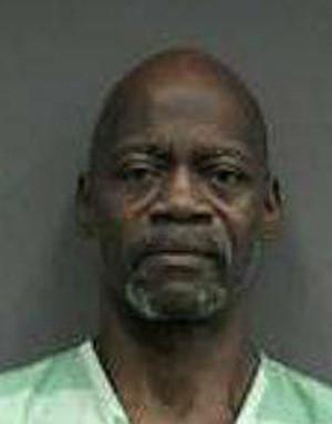 De chapéu e tênis, advogado nu invade casa e é preso nos EUA