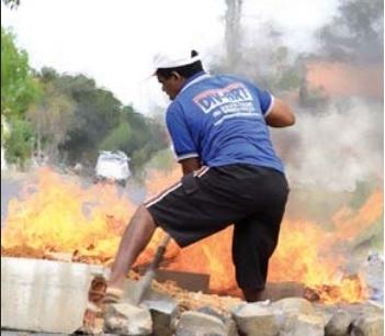 Moradores quebram calçamento em protesto em Teresina