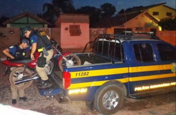 PRF prende deficiente físico com moto de placa clonada após furar bloqueio na BR 343