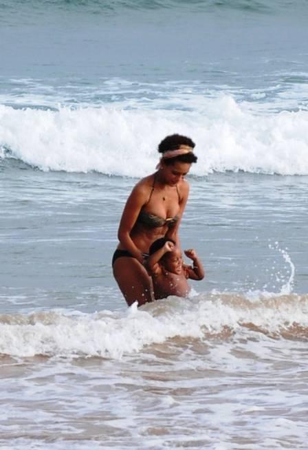 Taís Araújo curte praia com o filho João Vicente e o marido Lázaro Ramos em Búzios