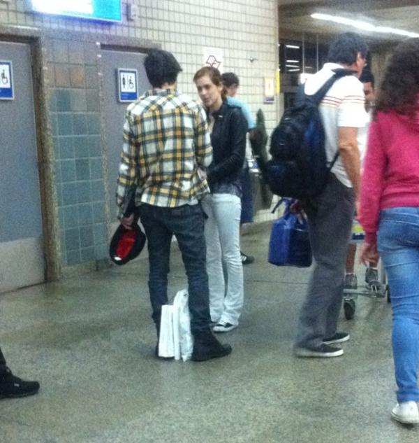 Fiuk e Sophia Abrahão são vistos aos beijos em aeroporto