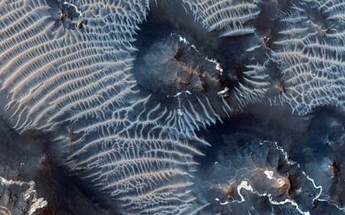 Sonda da Nasa registra cânions com dunas formadas por ferro em Marte