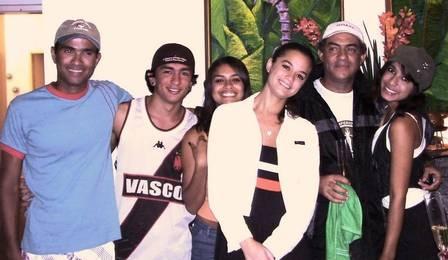Anitta aparece em imagens raras ao lado do pai e vestida de colegial. Veja fotos!